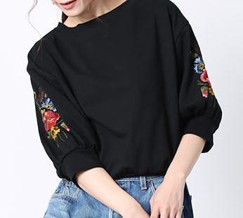 戸田恵梨香 花柄刺繍Tシャツ
