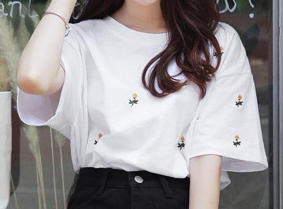 川口春奈 花柄Tシャツ