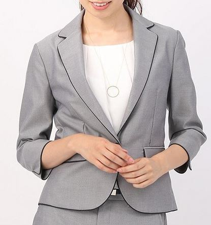 河口春奈さんのグレーのジャケット