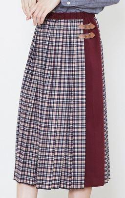 松岡茉優チェックのスカート