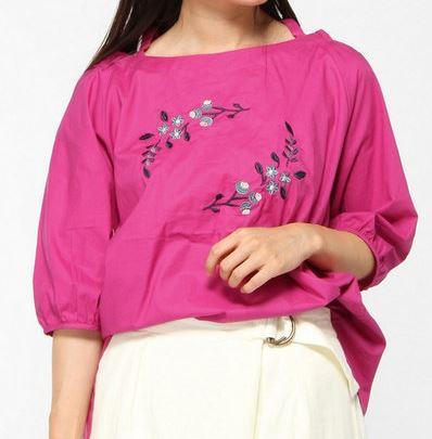 松岡茉優ピンクの花柄ブラウス