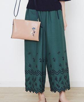 松岡茉優の刺繍パンツ