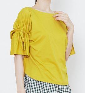 松岡茉優 黄色のブラウス