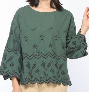 グリーンの刺繍ブラウス